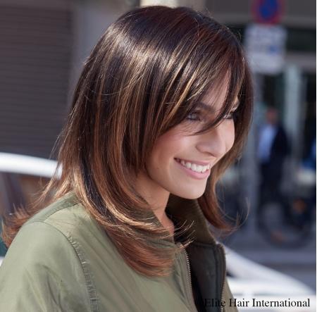 Portrait femme portant la perruque Espiègle *****, en cheveux de synthèse, Elite Hair International