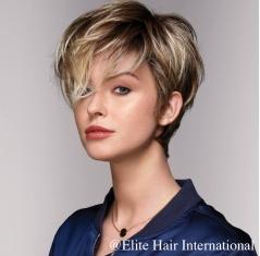 Portrait d'une femme avec la perruque Fascination blonde, en cheveux de synthèse, Elite Hair International