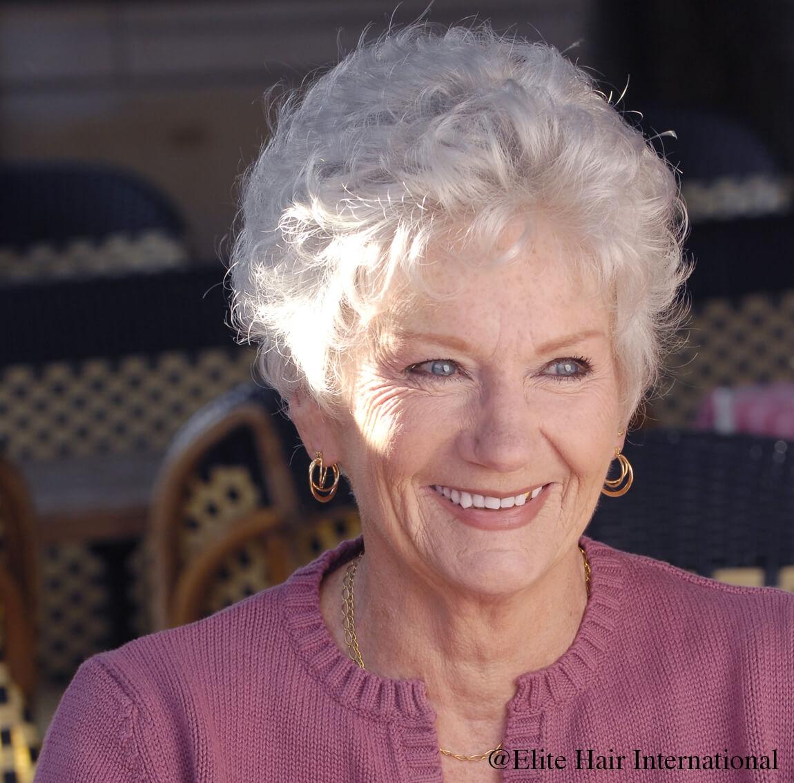 Portrait d'une femme portant la perruque Classic d'Elite Hair International, une coupe coupe courte en cheveux synthétiques.