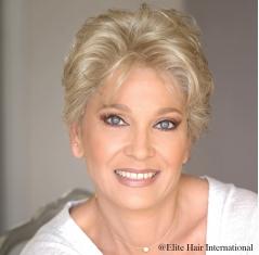 Portrait d'une femme avec la perruque Désir en cheveux courts et en cheveux synthétiques, Elite Hair International