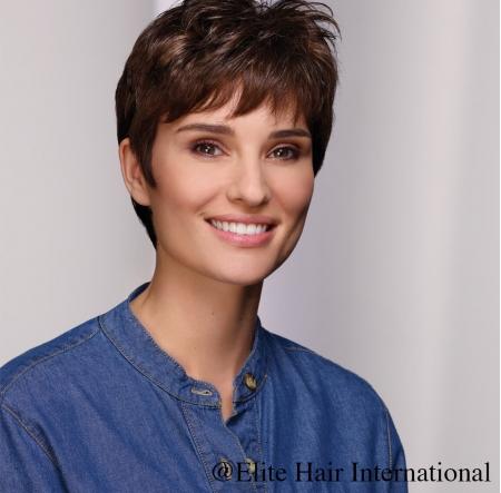 Portrait d'une femme portant la perruque expression, une coupe courte en cheveux de synthèse d'Elite Hair International