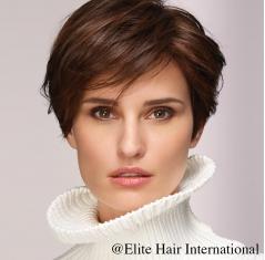 Portrait femme avec la perruque Fascination en cheveux de synthèse d'Elite Hair International