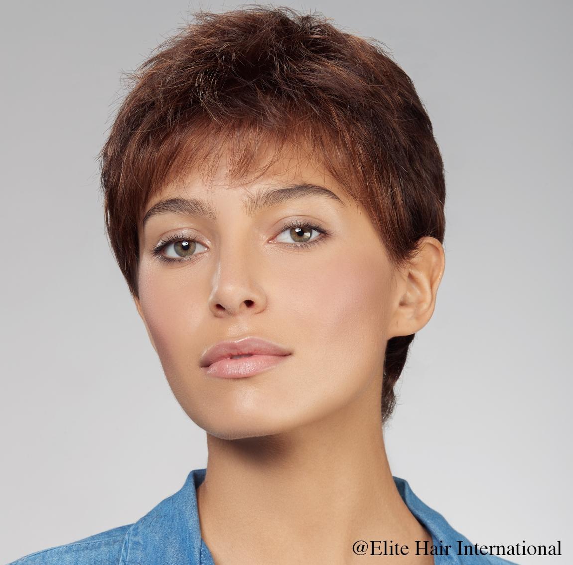 Portrait femme avec perruque expression en brun, cheveux de synthèse Elit Hair International