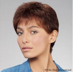 Portrait femme portant la perruque Expression ***** en cheveux synthétiques d'Elite Hair International