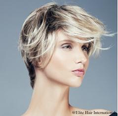 Portrait d'une femme portant la perruque fascination ***** en blond, en cheveux de synthèse, Elite Hair International