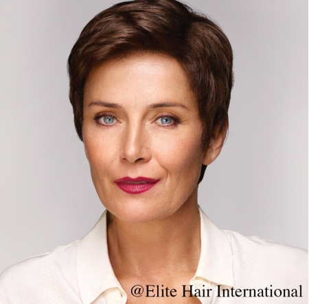 Portrait d'une femme portant la perruque Intense R ** en cheveux de synthèse bruns d'Elite Hair International