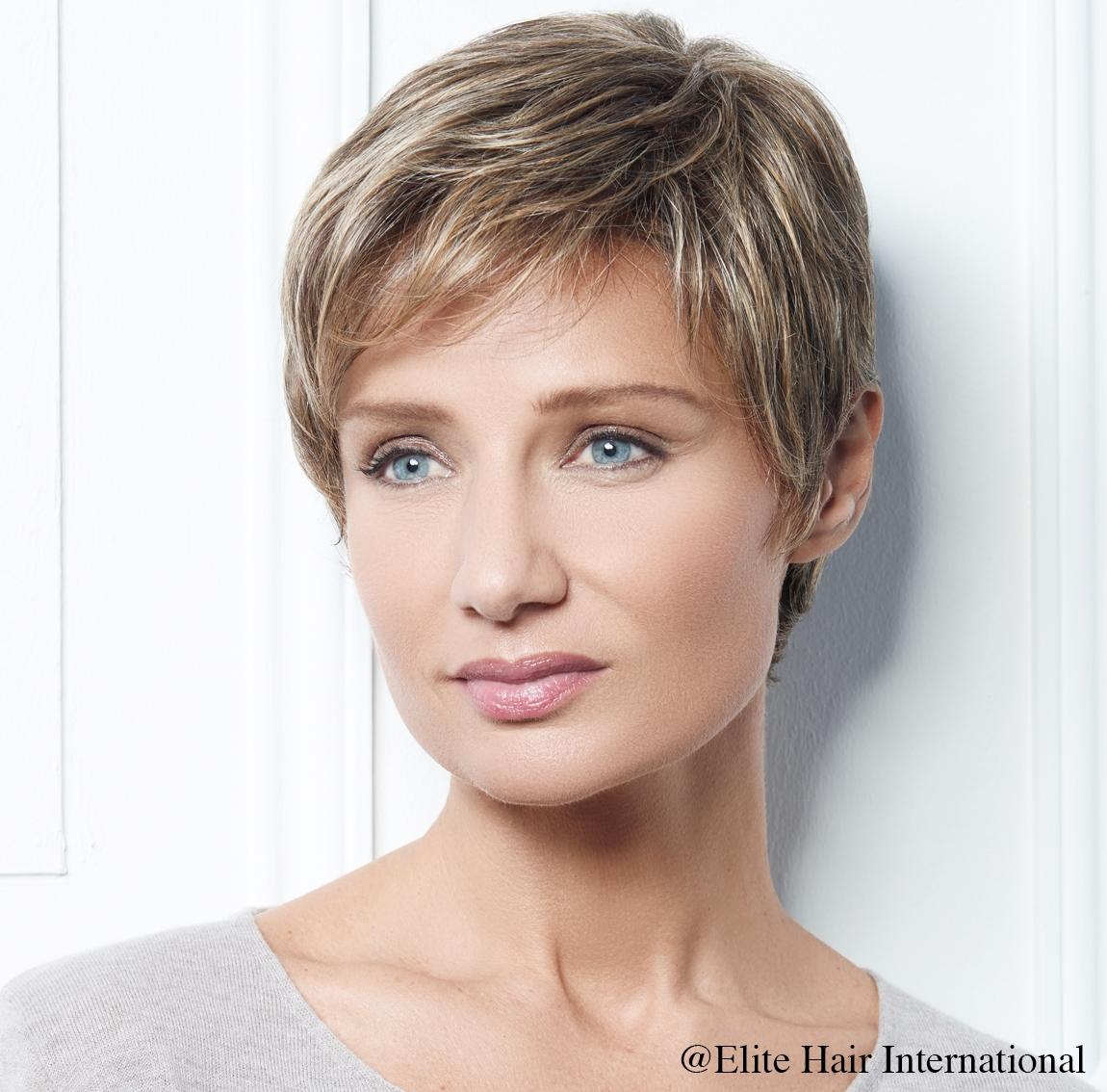 Portrait d'une femme portant la perruque Intense R ** en blond, cheveux de synthèse d'Elite Hair International