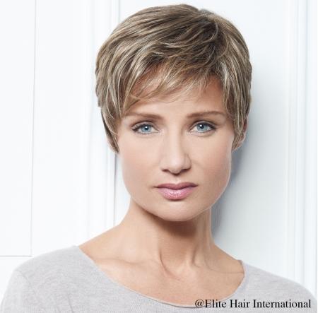 Portrait femme portant la perruque Intense R *****, en blond foncé, en cheveux de synthèse, Elite Hair International