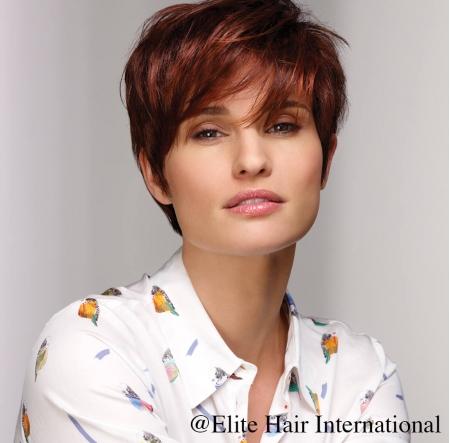 Portrait d'une femme portant la perruque Intime en roux, cheveux de synthèse d'Elite Hair International