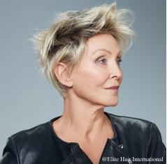 Portrait d'une femme portant la perruque Intime en blond, cheveux de synthèse d'Elite Hair International