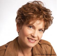 Portrait d'une femme avec la perruque Promesse, en cheveux de synthèse d'Elite Hair International