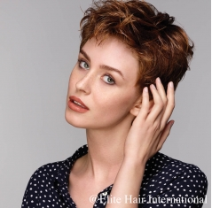 Portrait d'une femme portant la perruque Tonic R en cheveux de synthèse d'Elite Hair International