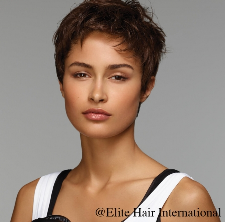 Portrait femme portant la perruque Tonic R **** en cheveux de synthèse d'Elite Hair International