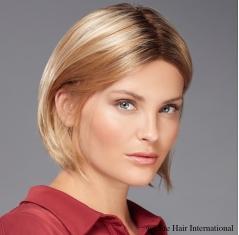 Portrait d'une femme portant la chevelure Allure *** en blond, cheveux de synthèse, Elite Hair International