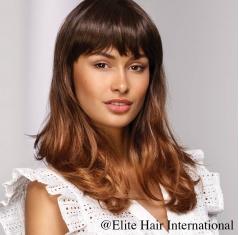 Portrait d'une femme portant la perruque Captive en cheveux de synthèse d'Elite Hair International