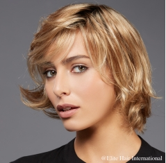 Portrait femme portant la perruque Capture**** en cheveux de synthèse d'Elite Hair International