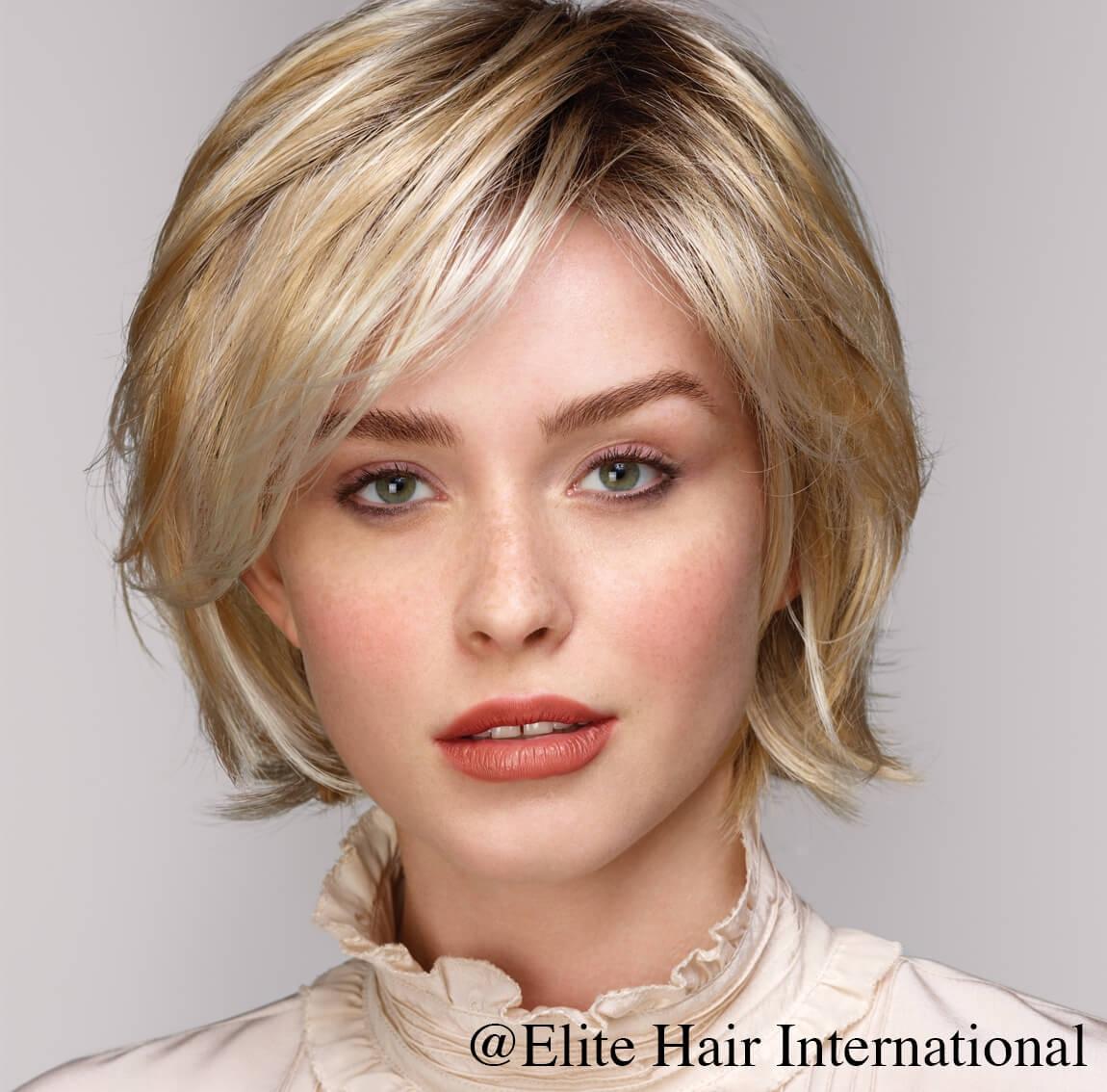 Portrait femme portant la perruque Diapason ***, en cheveux de synthèse, Elite Hair International