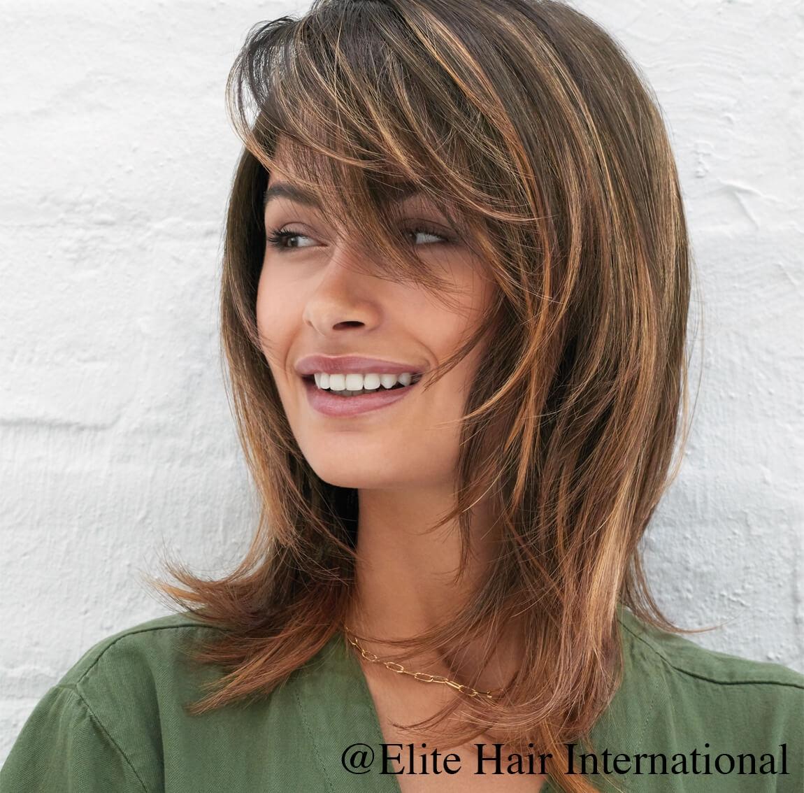Portrait femme portant la perruque Espiègle ***, en cheveux de synthèse, Elite Hair International