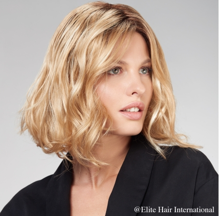Portrait femme portant la perruque Etincelle*, en cheveux de synthèse, Elite Hair International