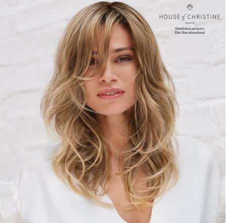 Portrait femme portant la chevelure passion, perruque cheveux longs en fibre synthétique d'Elite Hair International