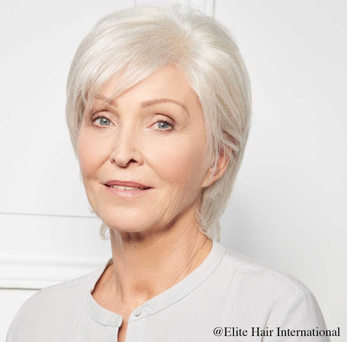 Portrait femme portant la perruque confidence, en cheveux naturels d'Elite Hair International