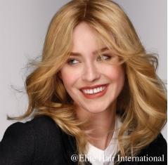 Portrait femme portant la perruque en cheveux naturels Confiance d'Elite Hair International