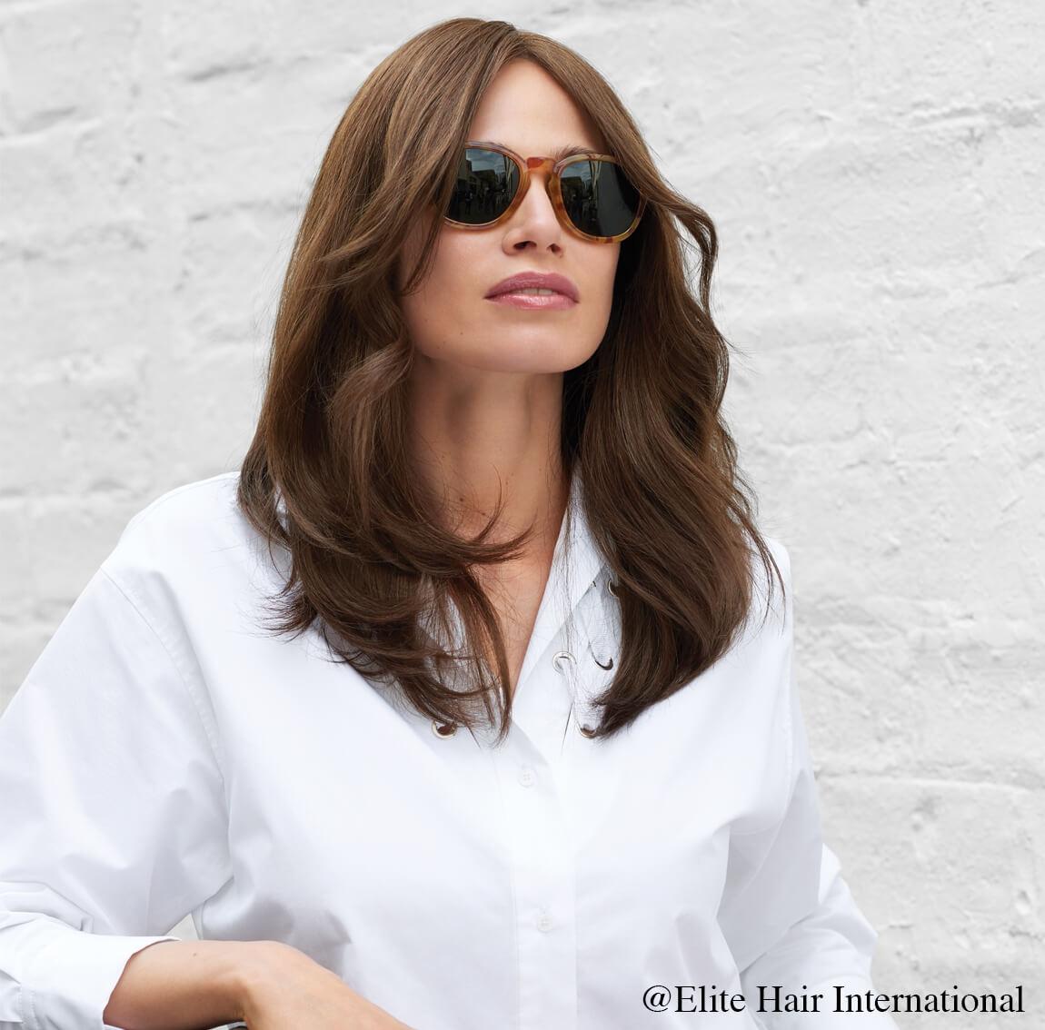 Portrait femme portant la perruque naturelle Essentiel, cheveux longs, Elite Hair International