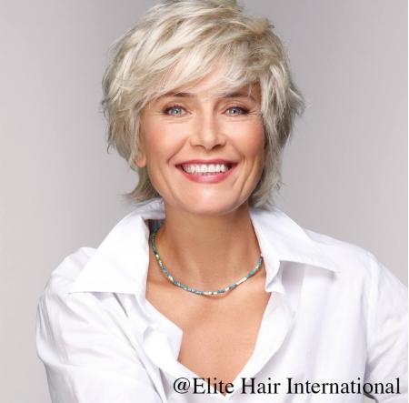 Portrait femme portant la perruque Initiale, une perruque en cheveux naturels d'Elite Hair International