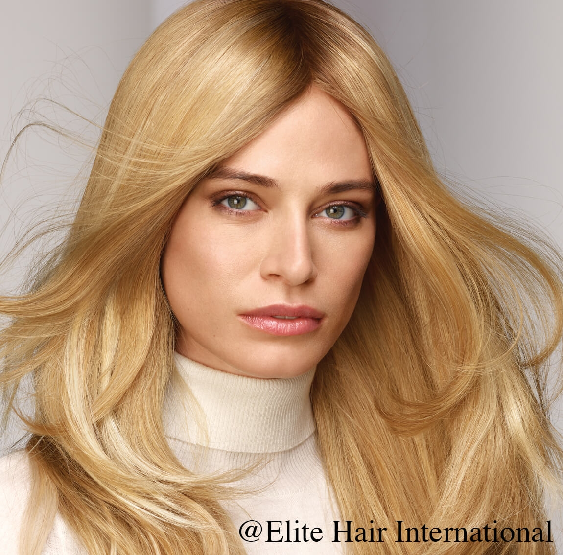 Portrait d'une femme portant la perruque Sublime, cheveux blonds, perruque en cheveux naturels d'Elite Hair International