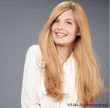 Portrait d'une femme portant la perruque Sublime, cheveux blonds, perruque en cheveux naturels d'Elite Hair International