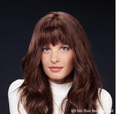 Portrait d'une femme portant la perruque Sublime, cheveux bruns, perruque en cheveux naturels d'Elite Hair International