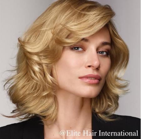 Portrait d'une femme portant la perruque Natasha en cheveux européens d'Elite Hair International