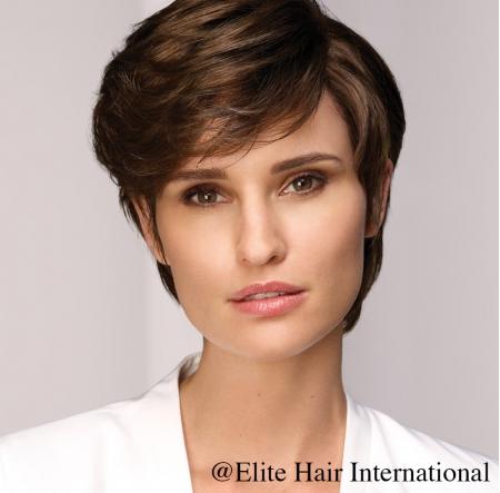 Portrait femme portant la perruque Katia en cheveux européens d'Elite Hair International