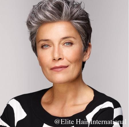 Portrait d'une femme portant la perruque Perfection, une chevelure en fibre mixte d'Elite Hair International