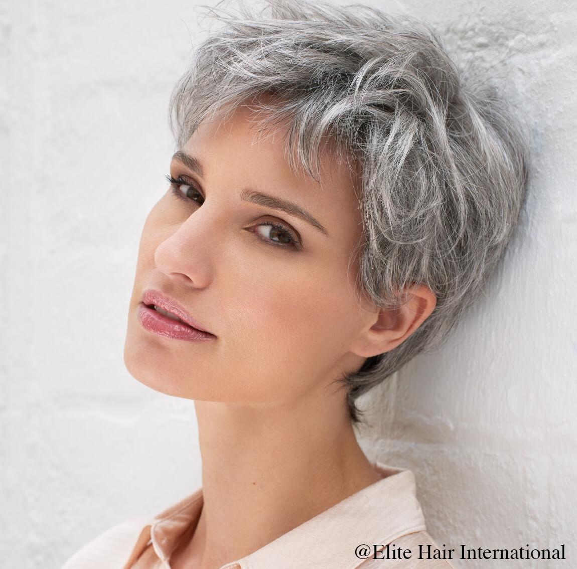 Portrait femme portant la perruque Secret, une chevelure courte en cheveux de synthèse d'Elite Hair International
