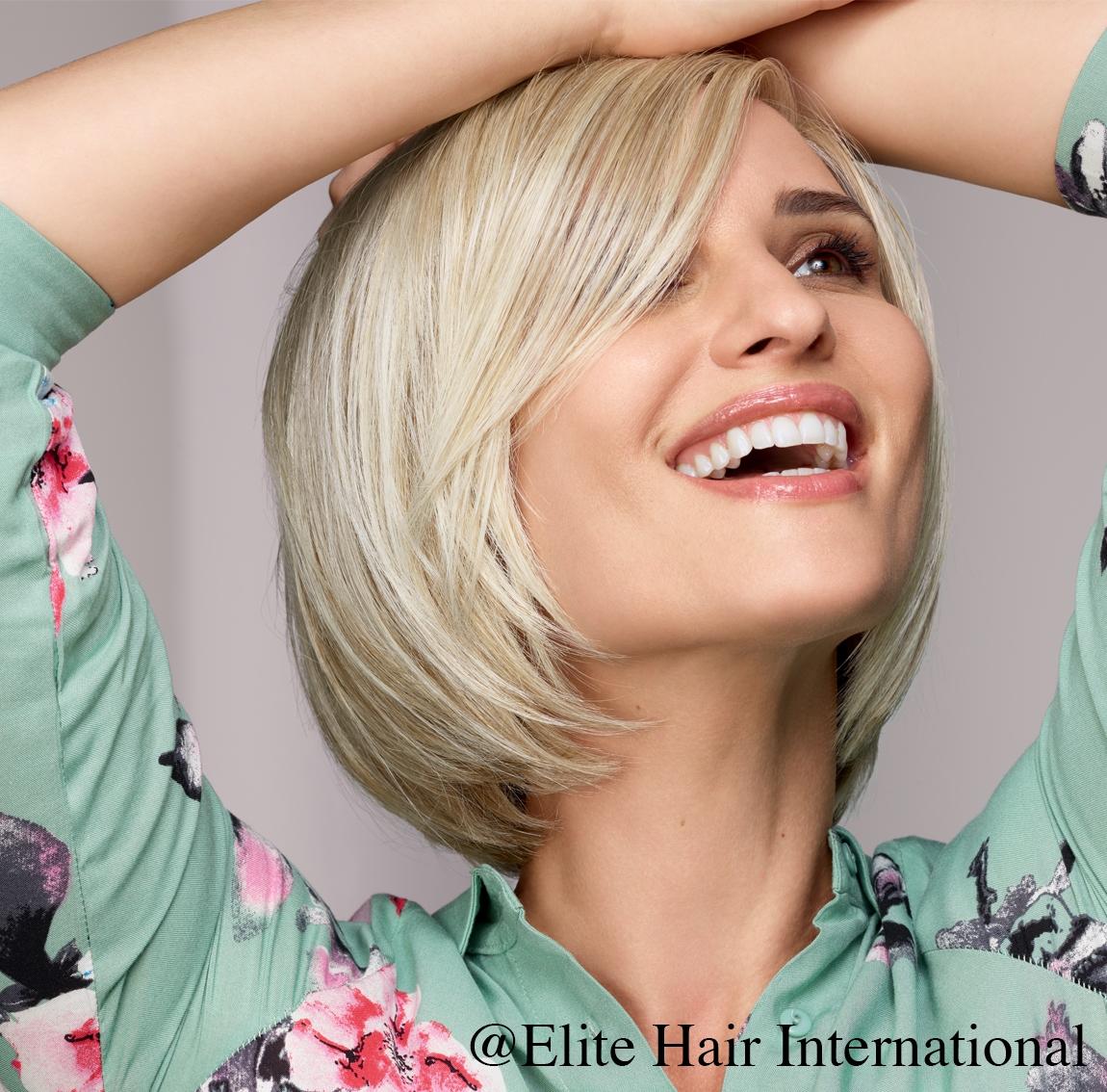 Portrait d'une femme portant la perruque Caline, une chevelure en fibre mixte d'Elite Hair International