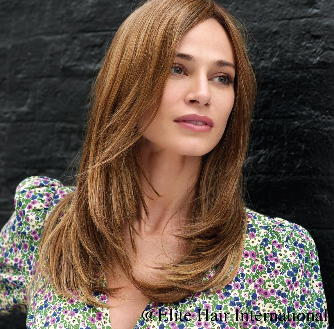 Portrait d'une femme portant la perruque Success, une chevelure en fibre mixte d'Elite Hair International