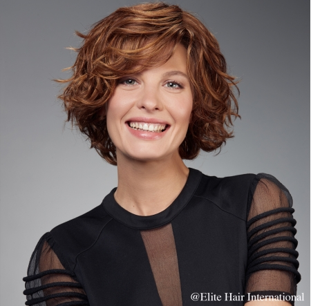Portrait femme portant la perruque Ardeur, en cheveux de synthèse, Elite Hair International