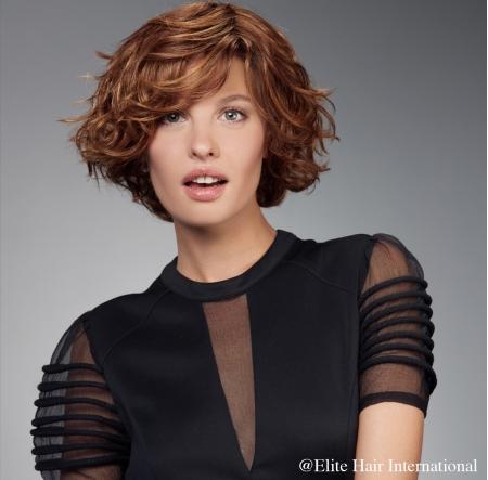 Portrait femme portant la perruque Ardeur, en cheveux de synthèse, Elite Hair International